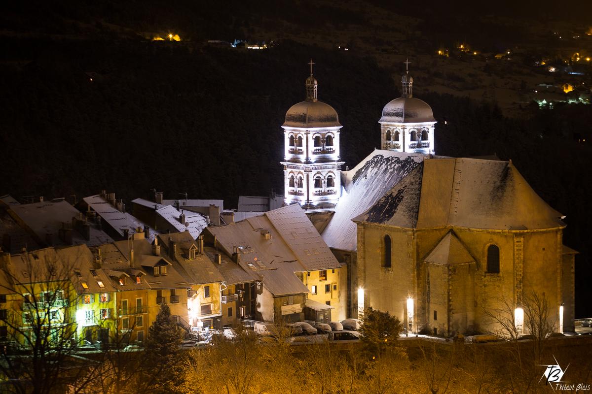 Ville et collégiale de Briançon de nuit avec la neige ©Thibaut Blais